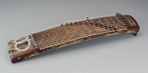 Lo strumento giapponese koto